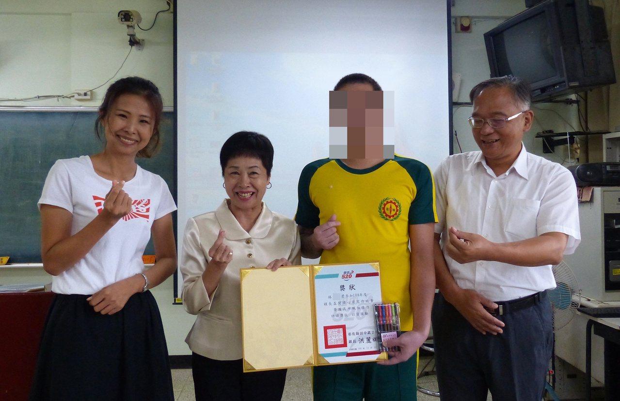 田中鎮長洪麗娜(左2)今天特地到誠正中學頒發寫作比賽獎狀給高中組得獎學生,鼓勵學...