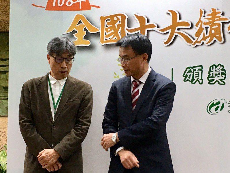 農委會主委陳吉仲(右)與農委會副主委、台肥官股董事陳駿季。記者吳姿賢/攝影