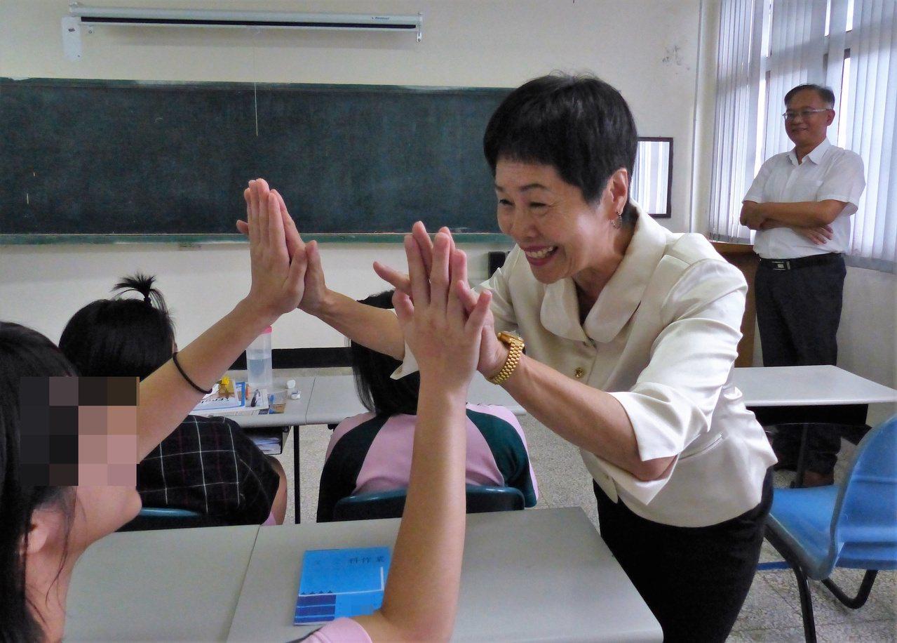 田中鎮長洪麗娜親切與學生擊掌,鼓勵學生繼續努力。記者凌筠婷/攝影