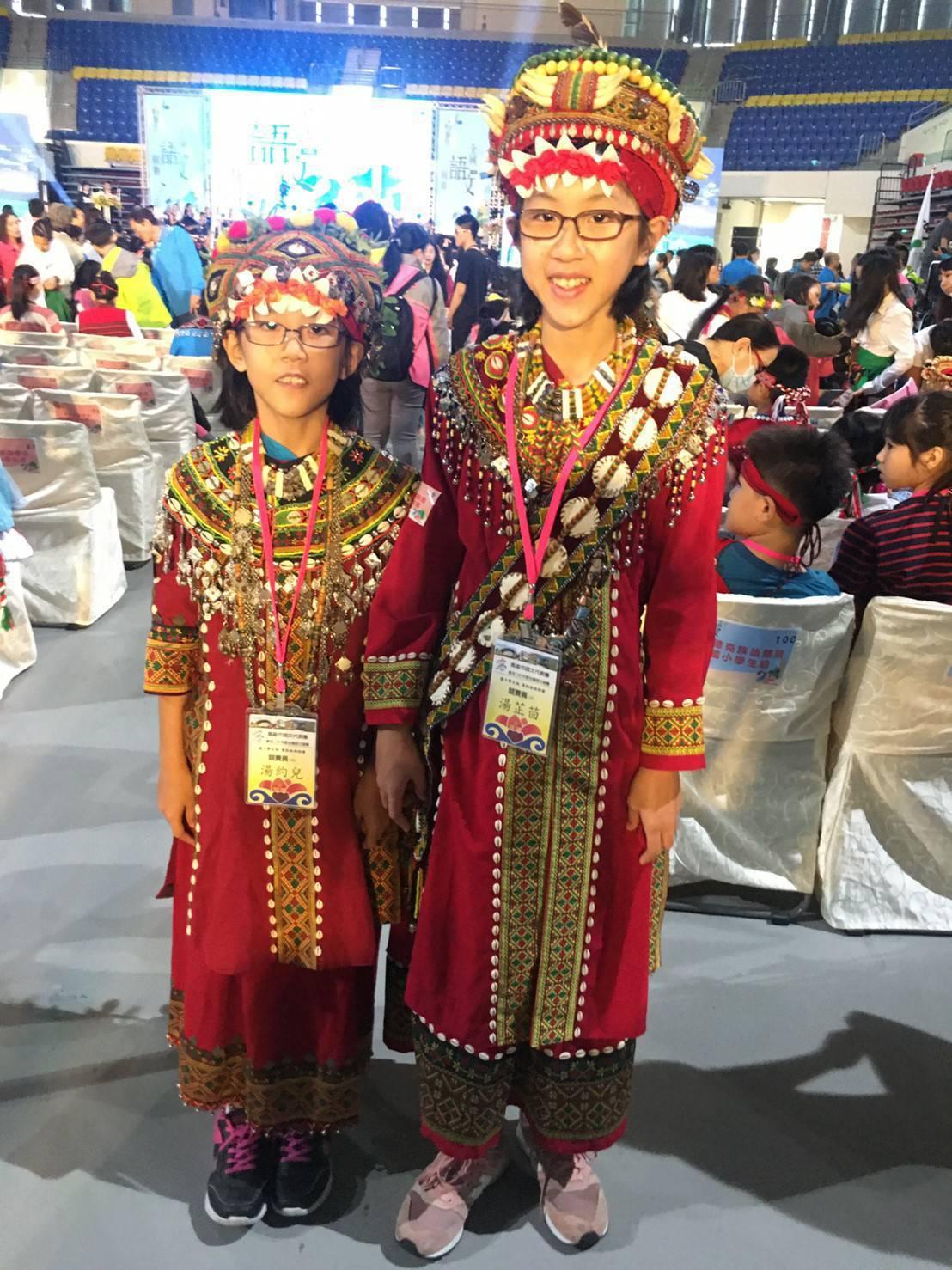 龍華國中湯芷茴(右)與莊敬國小湯約兒(左)姊妹,不是原住民,卻能打敗全國魯凱族語...