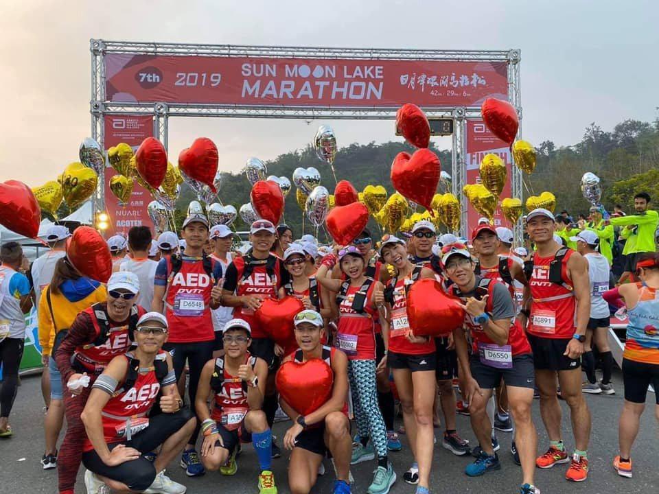 「醫聲救心隊」在馬拉松比賽中背著AED陪跑,保護賽程中的跑者若有需求,可在黃金期...