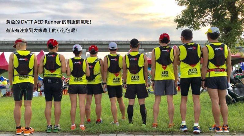 「醫聲救心隊」在馬拉松比賽中背著AED陪跑,保護賽程中的跑者若有需求,可在黃金期得到急救。圖/李佳綺醫師提供