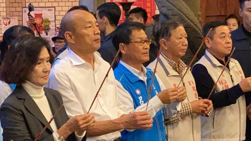國民黨總統參選人韓國瑜今天在宜蘭,馬不停蹄跑行程,傍晚到宜蘭市昭應宮拜媽祖。記者羅建旺/攝影