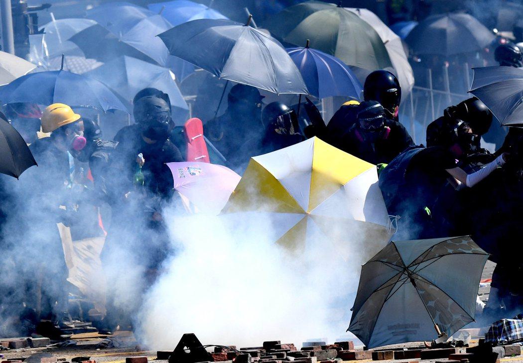 反送中以來,港警共發射1萬枚催淚彈和4800發橡膠子彈。(新華社)