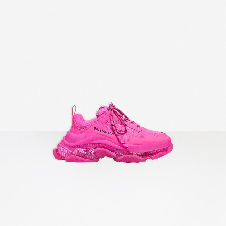 Triple S運動鞋也同步推出桃紅新款,帶點螢光調的配色,搭上黑色的品牌Log...