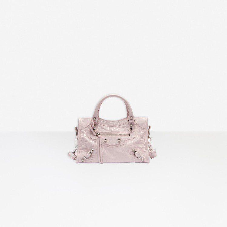 BALENCIAGA也以更夢幻的珠光粉紅點綴Phone Holder手機包、腰包...