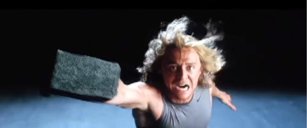 湯姆希德斯頓試鏡演索爾的畫面首度曝光,意外的有喜感。圖/翻攝自YouTube