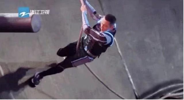 這是飛簷走壁關卡,靠著繩子攀爬,非常消耗臂力。(浙江衛視截圖)
