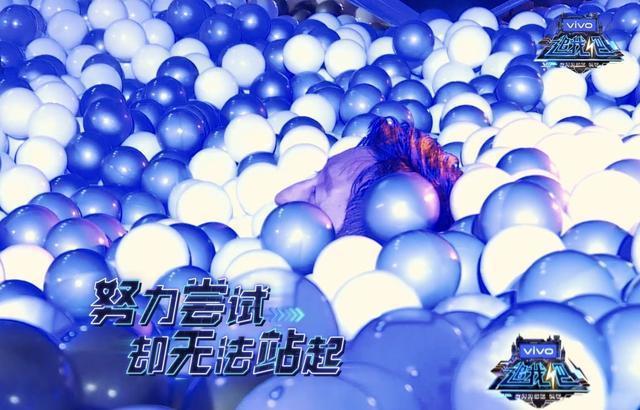 大陸拳王鄒市明腿抽筋在海洋球裡爬不出來。(浙江衛視截圖)