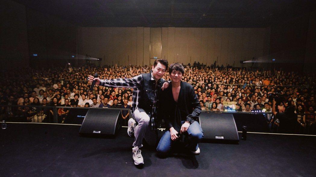 陶喆(左)與信上週日赴馬來西亞兌現「補償」承諾。圖/何樂音樂提供