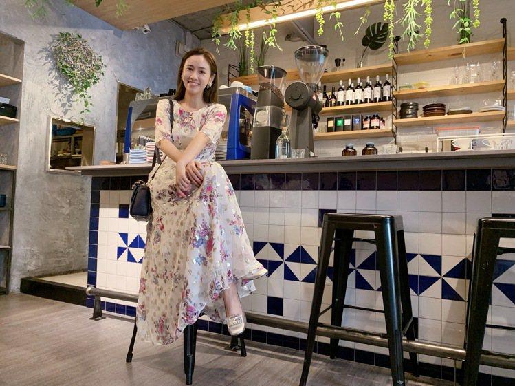 吳姍儒詮釋櫻草花卉金色圓點長版洋裝,售價36,800元。圖/MAX&Co.提供