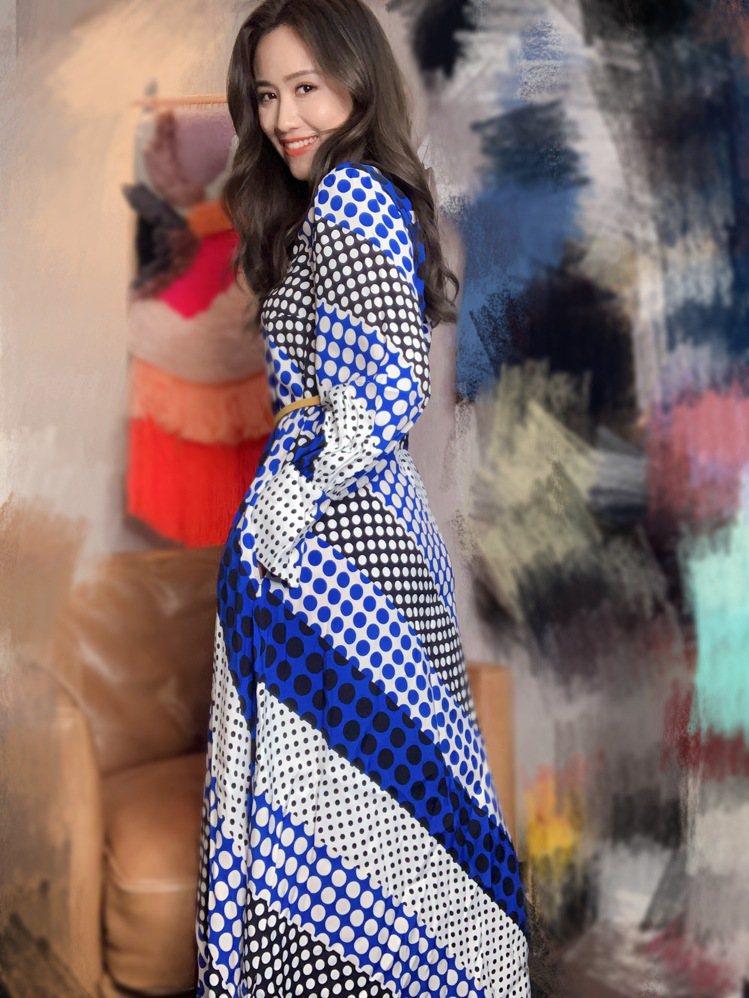 吳姍儒穿MAX&Co.星河藍波卡圓點襯衫式洋裝,售價17,500元。圖/MAX&...
