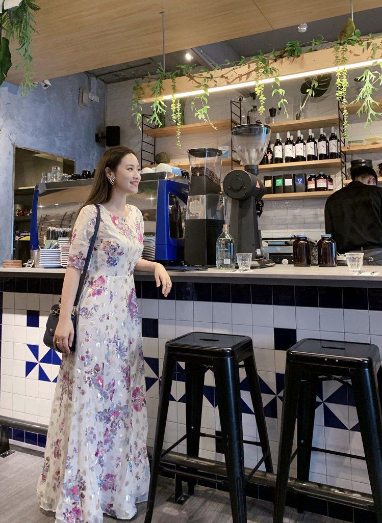 吳姍儒詮釋MAX&Co.櫻草花卉金色圓點長版洋裝,售價36,800元。圖/MAX...