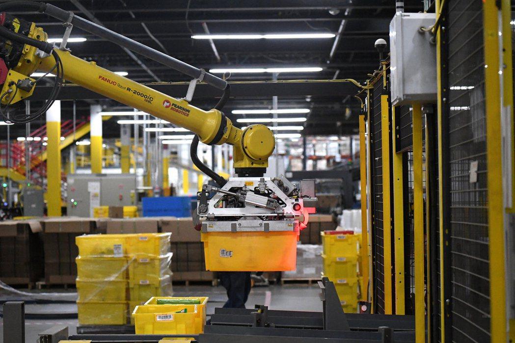 自動化已經是未來不可逆的趨勢。圖為亞馬遜倉庫的自動化設備。 路透資料照片