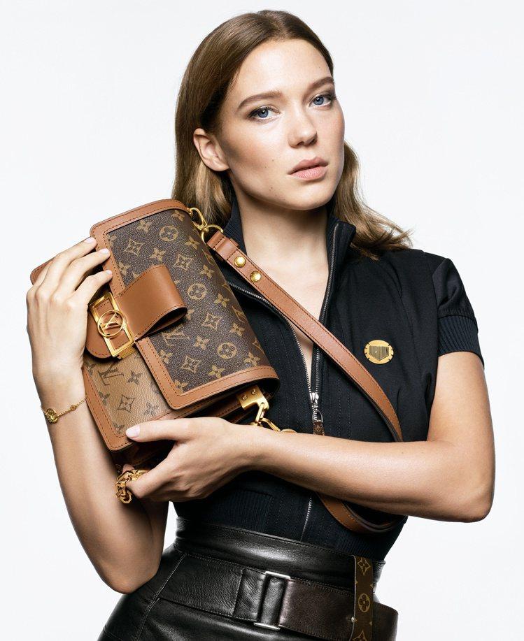蕾雅瑟杜手中的Dauphine延伸自品牌經典包款的輪廓。圖/LV提供