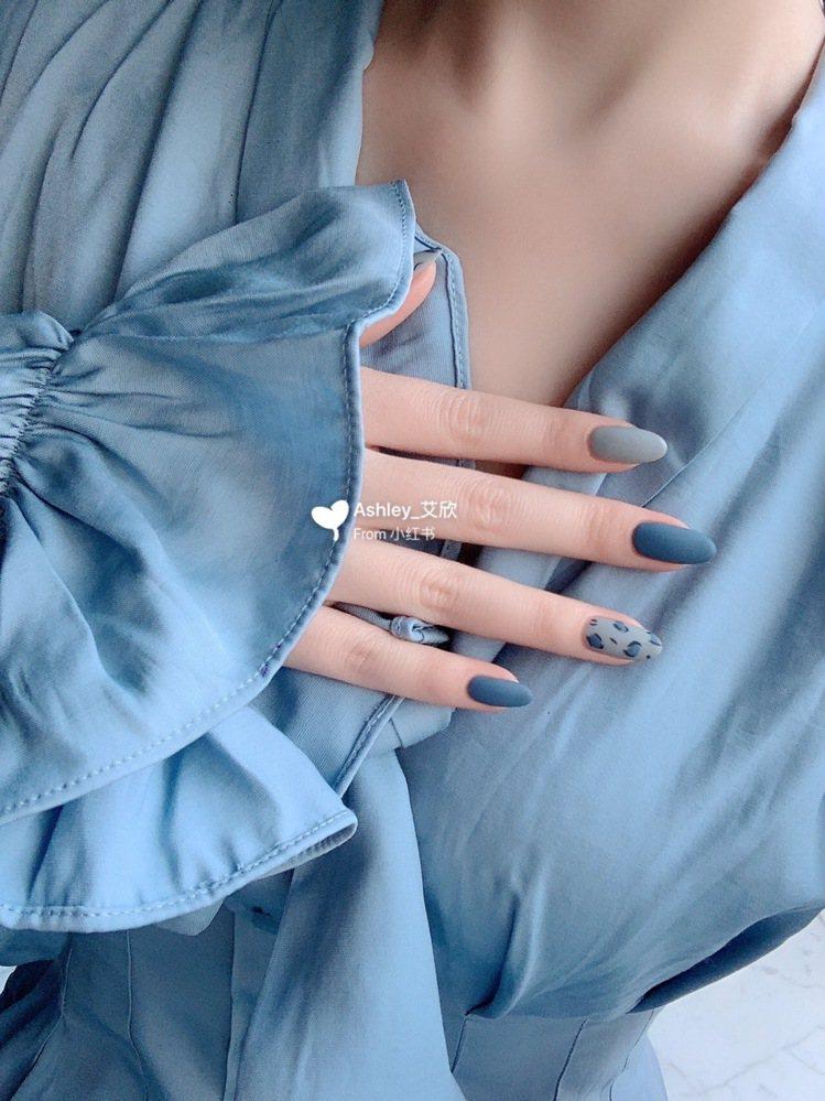 把不同藍色與灰階色調互搭,穿衣服超好搭配。圖/摘自小紅書