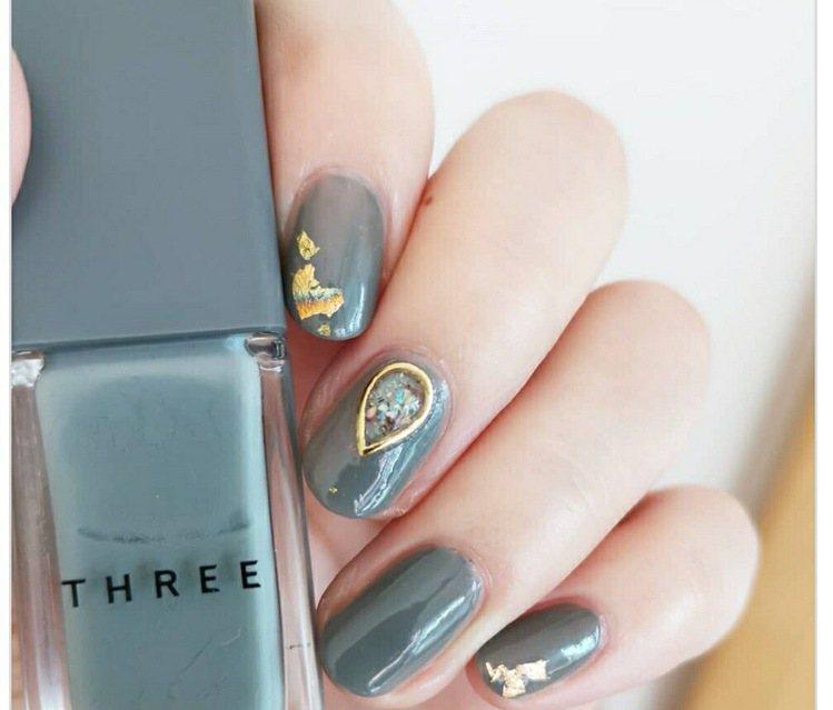 青石藍指彩上,多了金色雕花設計。圖/摘自小紅書