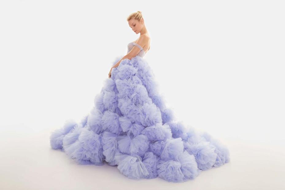 藍紫色蓬蓬裙禮服呈現出宛如繡球花的厚重份量感,帶有超強的夢幻氣勢,呼應Elsa的女王風範。圖/Nicole + Felicia提供