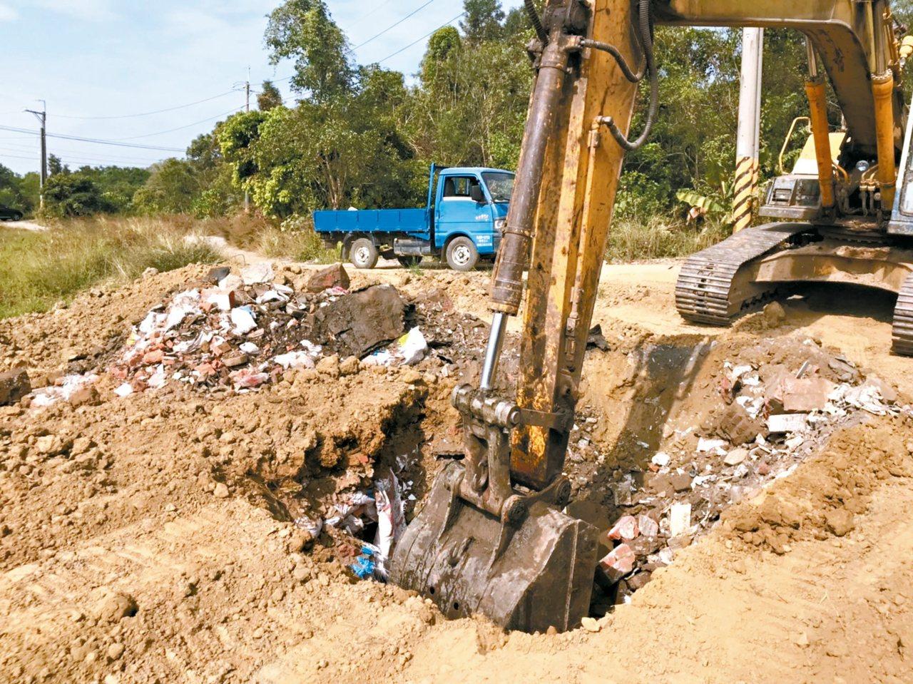 嘉義縣太保市魚寮遺址旁的一塊農地,被檢舉非法掩埋廢棄物,挖土機挖不到一米深,就看...