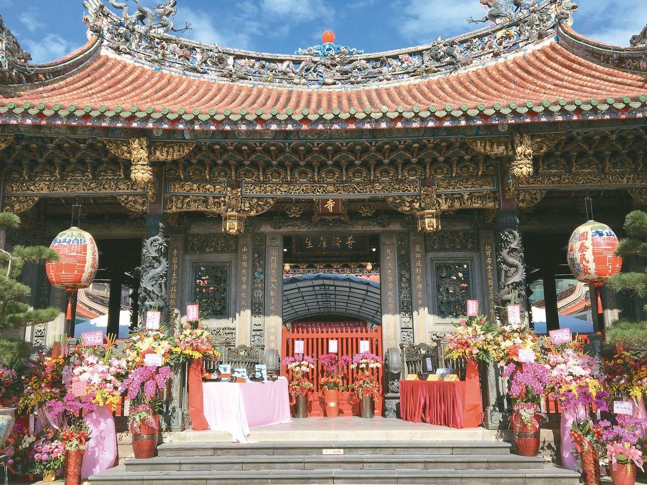 香火鼎盛的龍山寺是銀髮族喜歡的地方。 記者郭頤/攝影