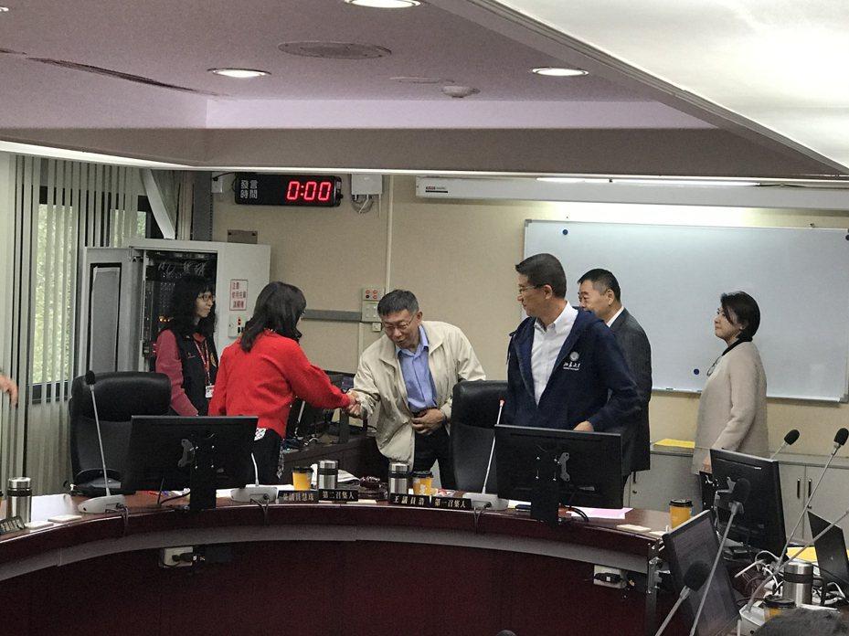 台北市長柯文哲(左三)昨趁議會審預算時拜會議長陳錦祥,並向法規委員會的議員致意。 記者楊正海/攝影