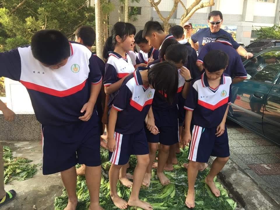社區媽媽、家長會前會長范棋榕特地請學生們將腳丫子洗乾淨,學生們難得體驗踩芥菜、做...