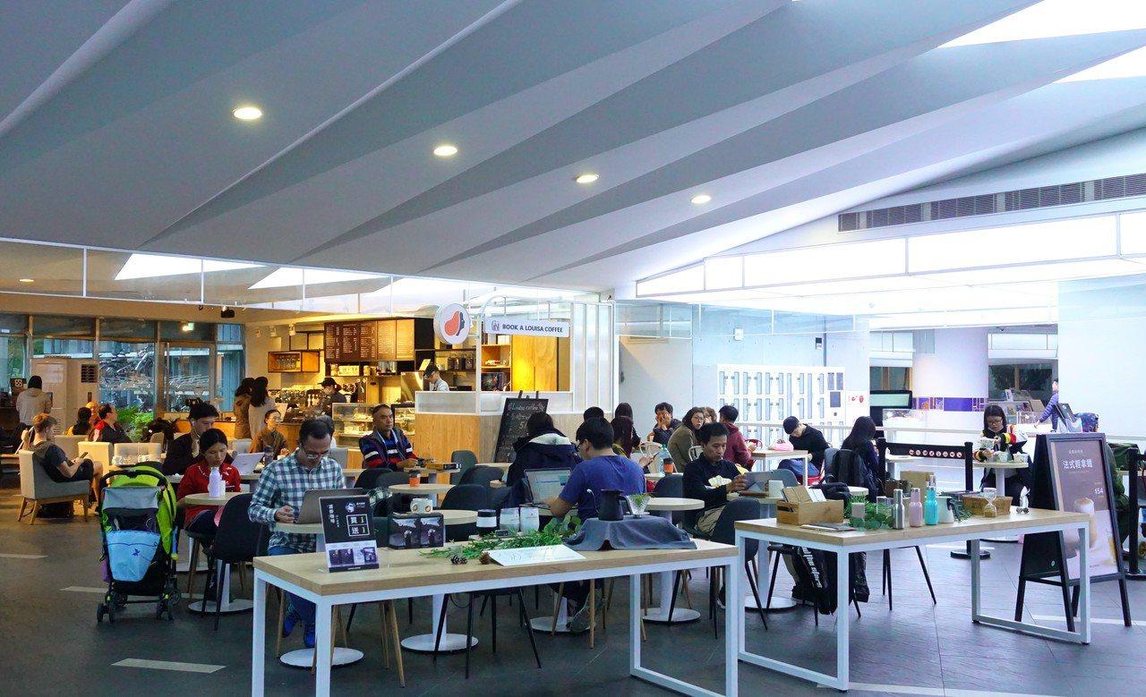 新北市立圖書館總館一樓就有提供簡餐的餐廳。圖/新北市立圖書館提供
