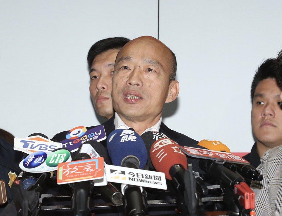 國民黨總統候選人韓國瑜(中)宣布,未來全國45歲以下的軍公教警消人員,只要申請到學校,每人出國進修一年。 記者許正宏/攝影