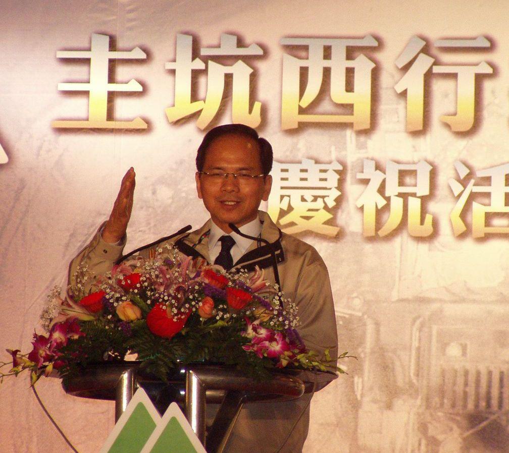 2004年總統大選前夕3月17日,當時的行政院長游錫堃主持「雪山隧道巡禮」儀式。...