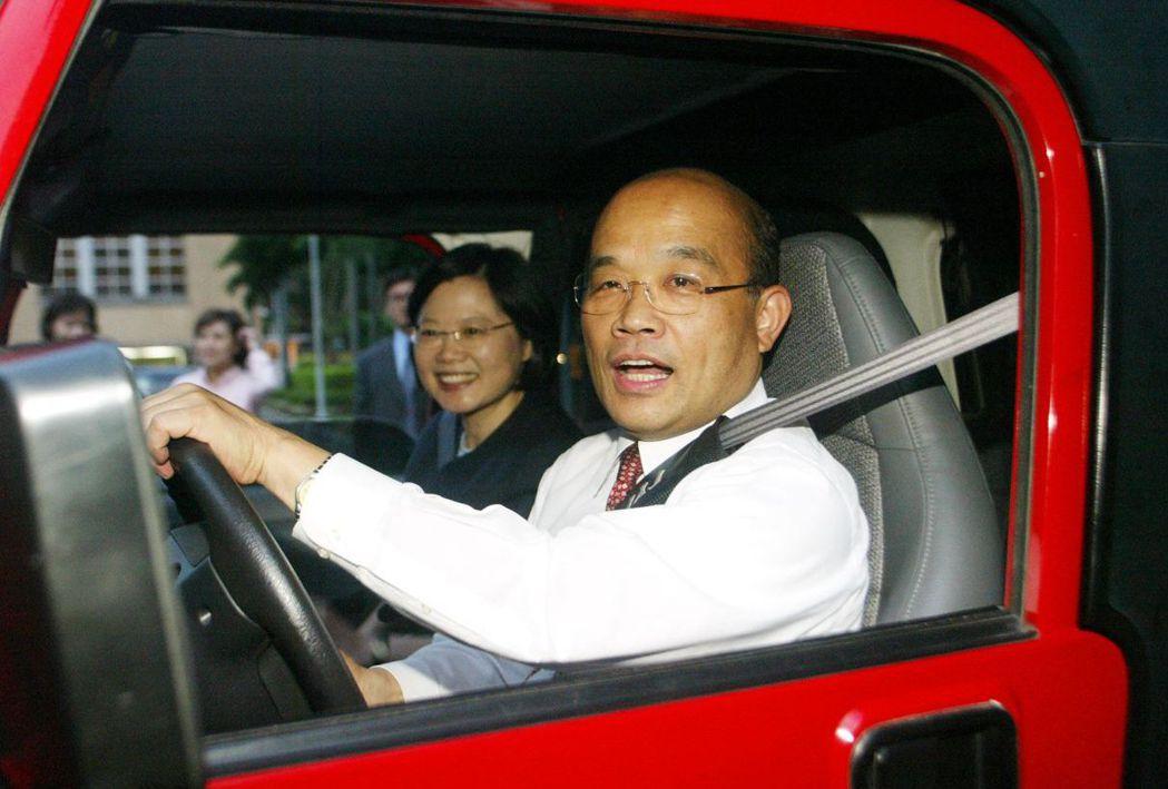 2006年6月北宜高速公路通車,當時的行政院長蘇貞昌載著副院長蔡英文練習開吉普車...