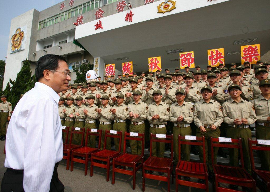憲兵對時任總統陳水扁高喊你是我的巧克力,引起很大爭議。圖/總統府提供