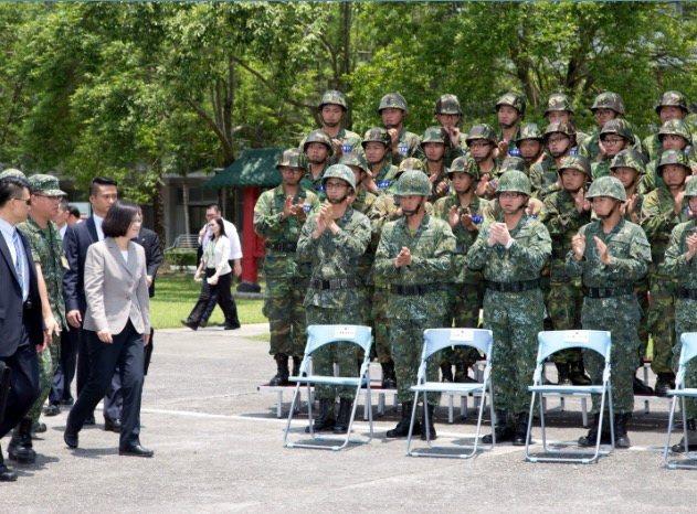 蔡總統2016年6月巡視陸軍金六結153旅。圖/軍聞社提供