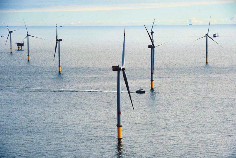 國內離岸風場的建置工程正陸續進行,經濟部標準檢驗局今(15)日指出,預計8月公布「第三方驗證制度的新制方案」,擴大驗證範圍至製造階段及運輸施工階段,確保風場如質建置,規劃2022年起商轉的風場適用。 圖/報系資料照