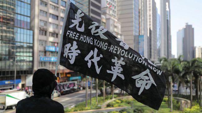 美國總統川普27日簽署「香港人權與民主法案」,要求美國國務卿在年度報告中,評估香...