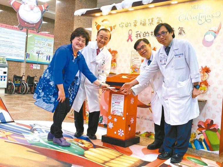 新光醫院推出「你的幸福集氣,我的抗癌勇氣」耶誕癌友關懷活動,民眾可透過文字力量鼓...