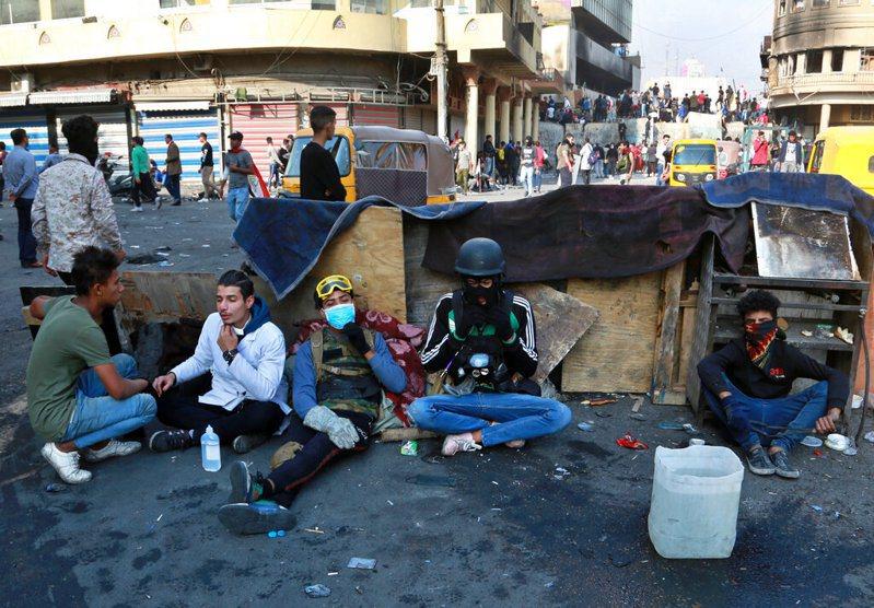 伊拉克反政府示威戲劇性升溫,抗議群眾今天放火焚燒駐聖城納加夫(Najaf)的伊朗領事館。美聯社