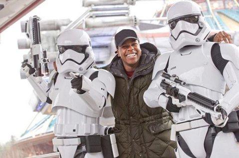 英國演員約翰波耶加(John Boyega)今天透露,他把應該嚴加保管的「星際大戰」(Star Wars)系列片最新一集的劇本忘在床底下,結果被人拿到拍賣網站eBay販售。約翰波耶加在即將上映的星戰...