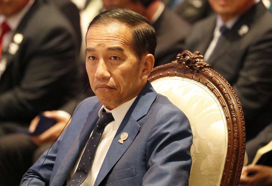 印尼總統佐科威(圖)指示政府機構,於2020年移除兩個高階公務員職級並以人工智慧(AI)取而代之,以減少阻礙投資的官僚繁文縟節。 歐新社