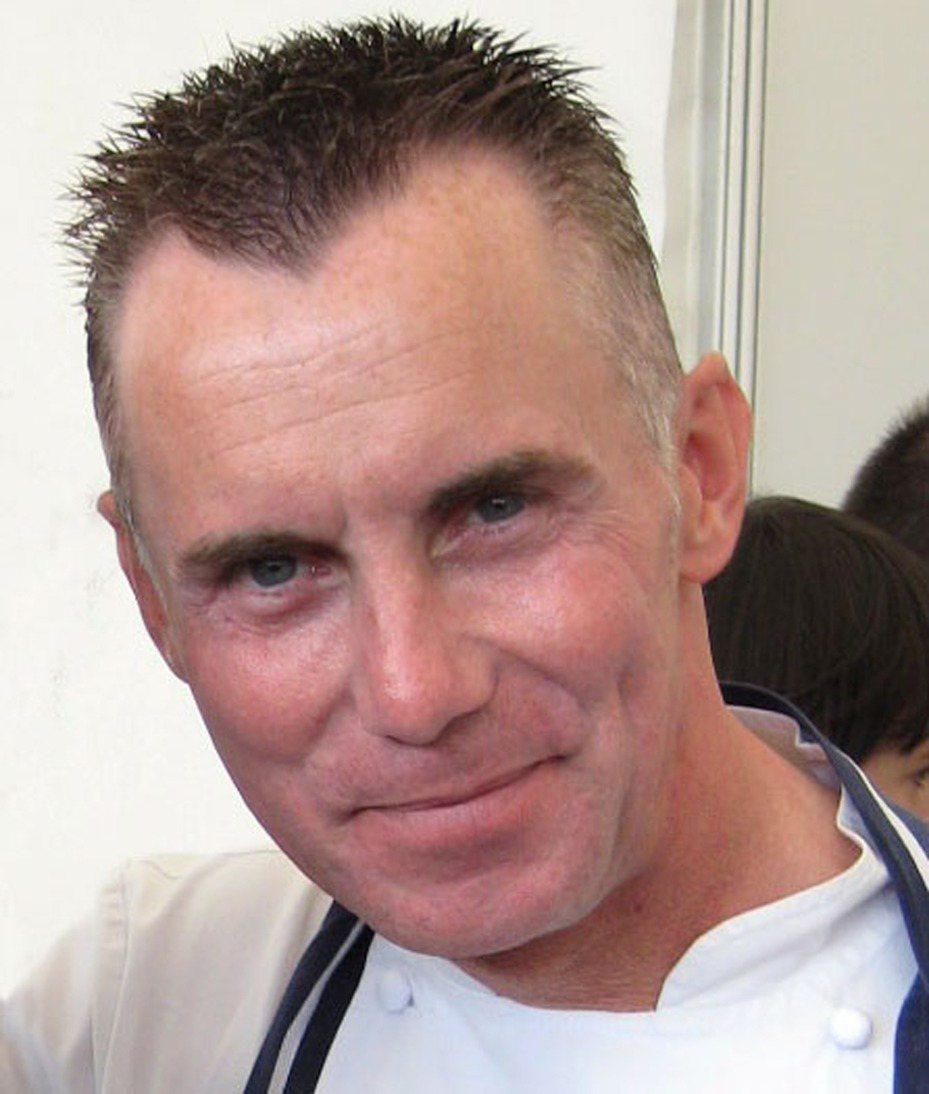 英國名廚羅茲(Gary Rhodes)於錄影休息空檔不適,送醫仍不治,享年59歲。圖/摘自維基百科
