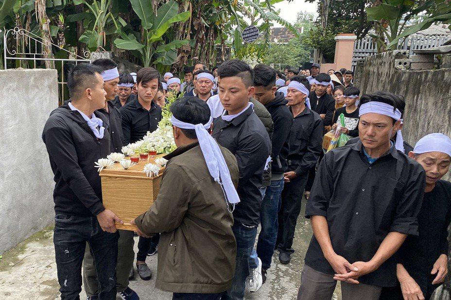英國艾塞克斯郡(Essex)上個月發生貨車冷凍櫃藏有39具越南人遺體命案,遇難者遺體昨(27日)運回河內,家屬今(28日)為死者舉行葬禮。 歐新社