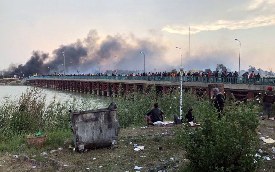 伊拉克安全部隊在納西里耶試圖奪回示威者封鎖的2座橋樑時,對群眾開槍,造成約50人受傷。 歐新社