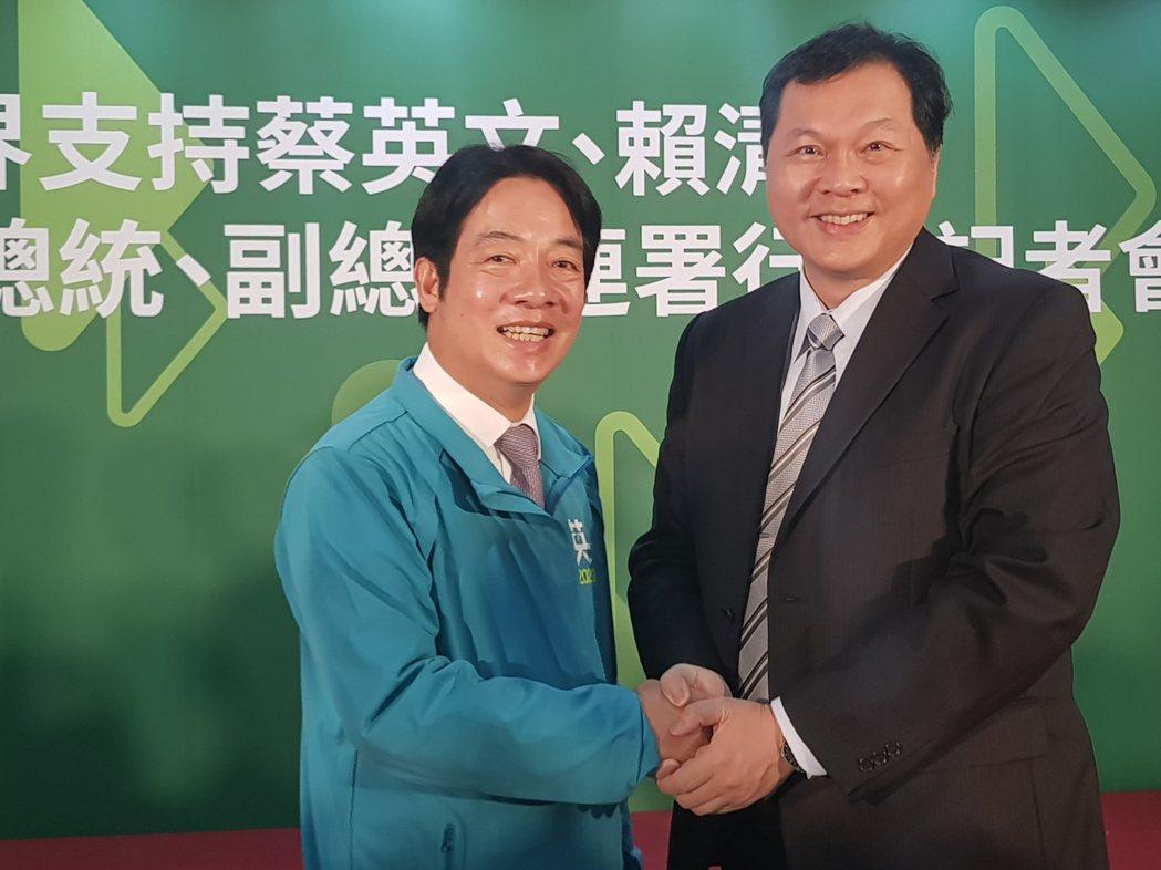 台南市醫師公會前理事長王正坤醫師(右)與賴清德是成大醫院同事,從民國80年代,就...
