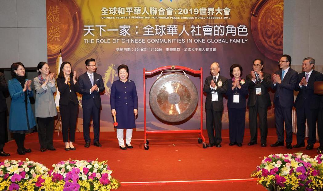 韓鶴子總裁(左一)與張博雅院長(右二)、張京育前主委(右一)一同敲開象徵世界和平...