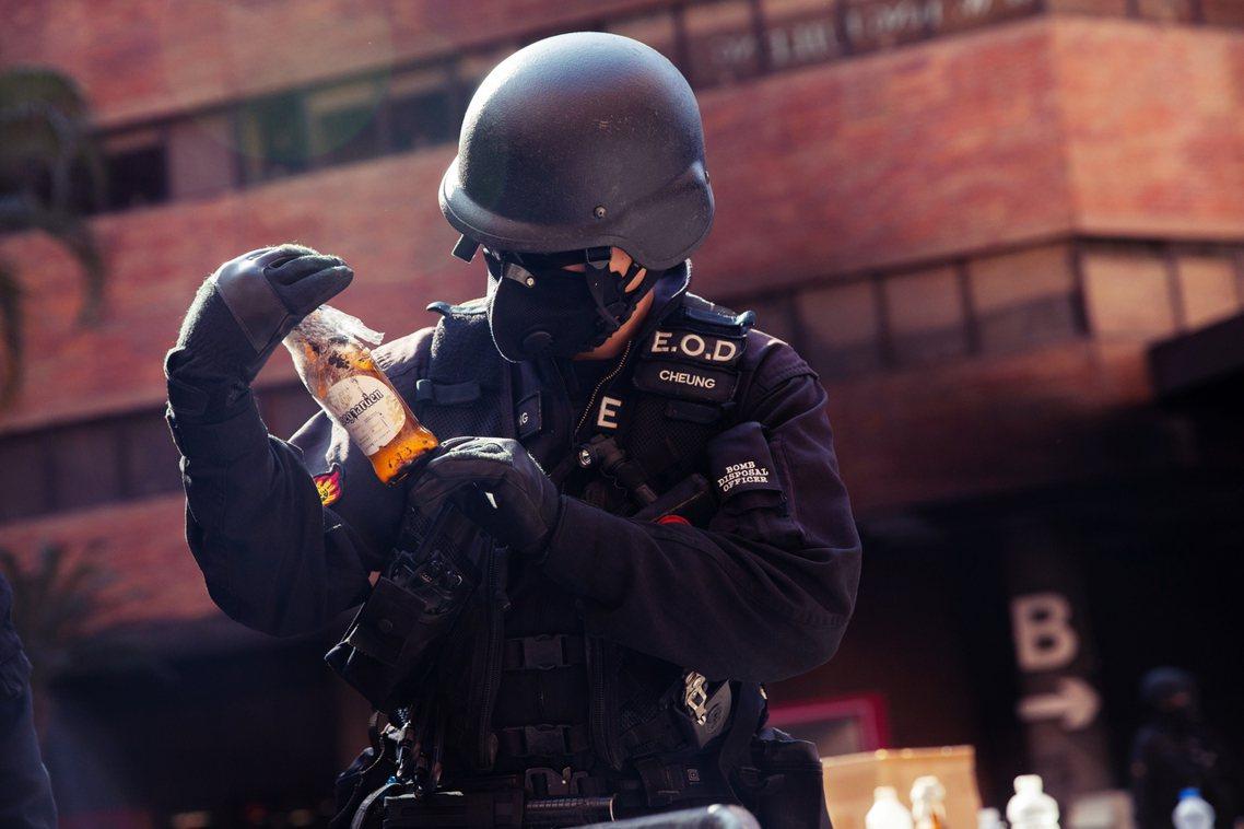 港警宣稱首要目標是清除汽油彈等危險物品及現場蒐證,並強調安全小組成員包含談判、心...