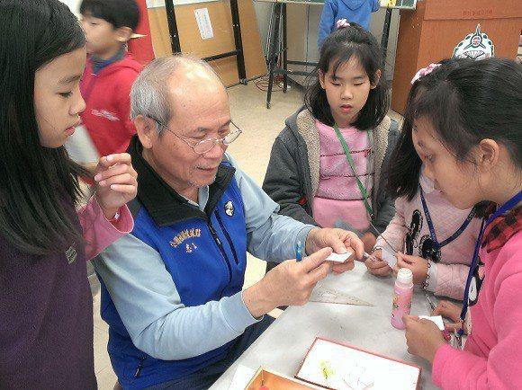 社區長輩在寒假指導小學生學習勞作。 圖/老玩客團隊提供