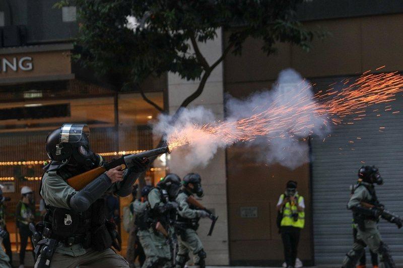 川普另簽署《禁止向香港出口軍品鎮暴裝備法案》,美方將禁止向香港出口軍品與鎮暴裝備。 圖/歐新社