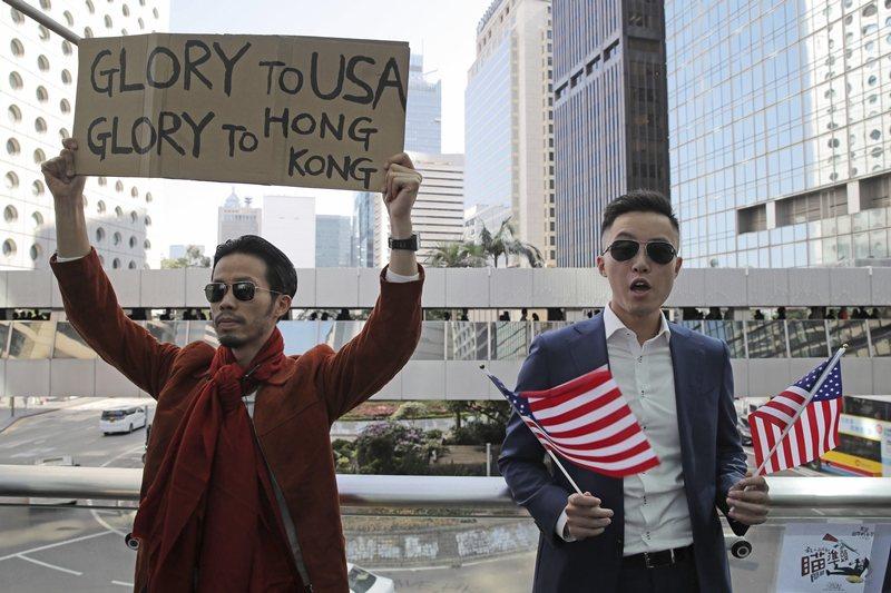 川普表示,簽署法案是基於「對習近平主席、中國人民和香港人民的尊重」。圖為香港民眾在中環集會,表達對川普的感謝。 圖/美聯社
