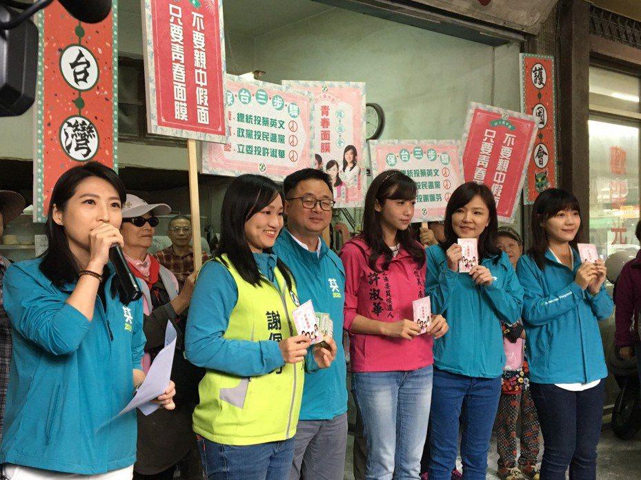 民進黨秘書長羅文嘉(左三)今早替民進黨台北市立委參選人許淑華(右三)、謝佩芬(左二)輔選,並受訪回應時事議題。記者周佑政/攝影