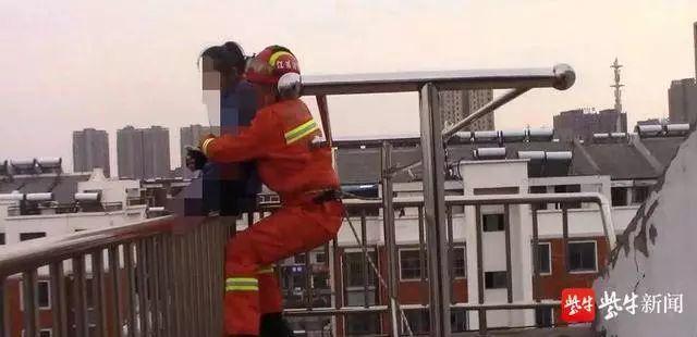 消防人員一個箭步上前,攔腰將女生抱下。圖:擷自視頻