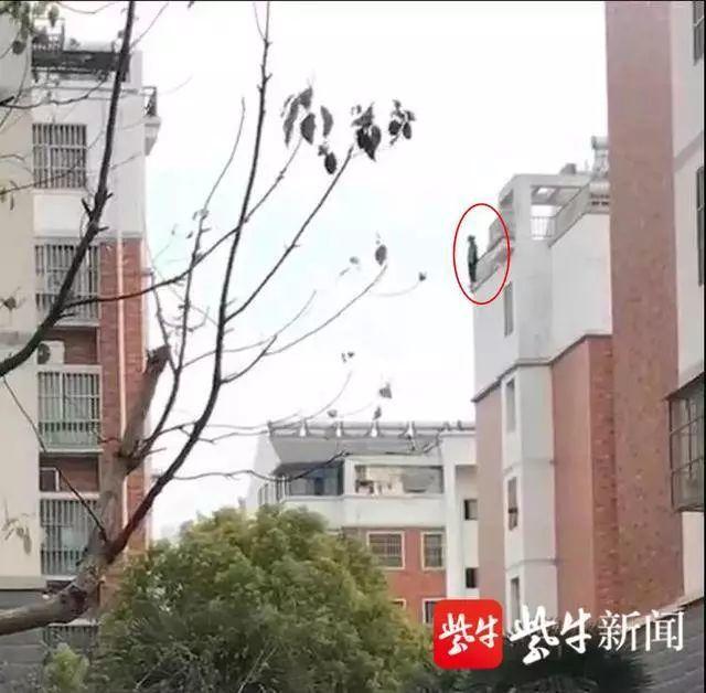 一名女生站在六樓樓頂有意輕生。圖:擷自視頻